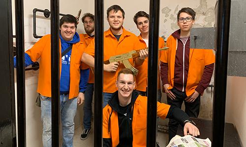 Zaporniki – samo za naslovnico