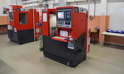 CNC-stružnica in CNC-frezalni stroj v šolski delavnici