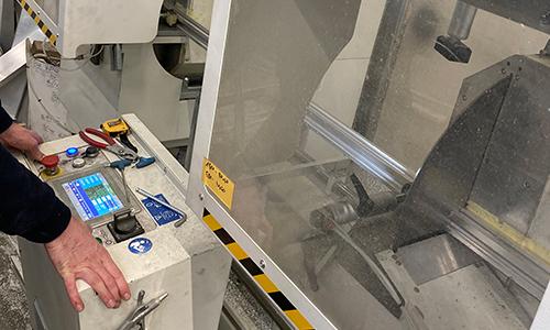 Operater tračne žage za razrez aluminija (ALUVAR d. o. o.)