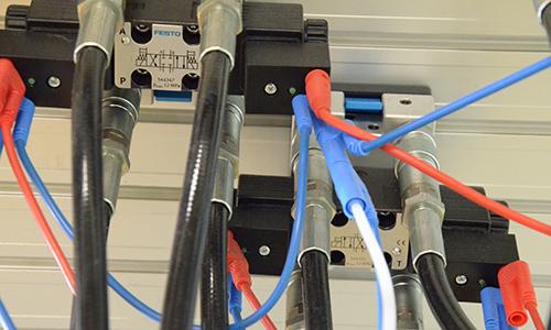 Priklop hidravličnih cevi in električnih kablov na krmilnike poti