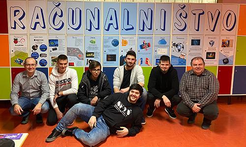 Zadovoljni dijaki in učitelji po izdelavi plakata računalništvo