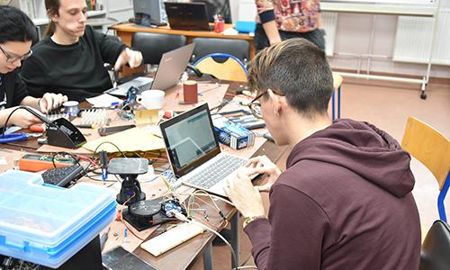 3D LED kocka in solarni sledilnik - delo v projektih Erasmus+